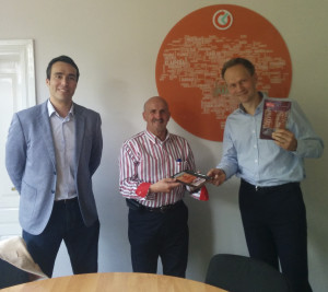 D. Rubén de Pedro, socio de Rusbáltika, junto con D. Vicente Calama, en una presentación de productos ante el jefe de compras de una de las cadenas de supermercados más destacadas de Lituania